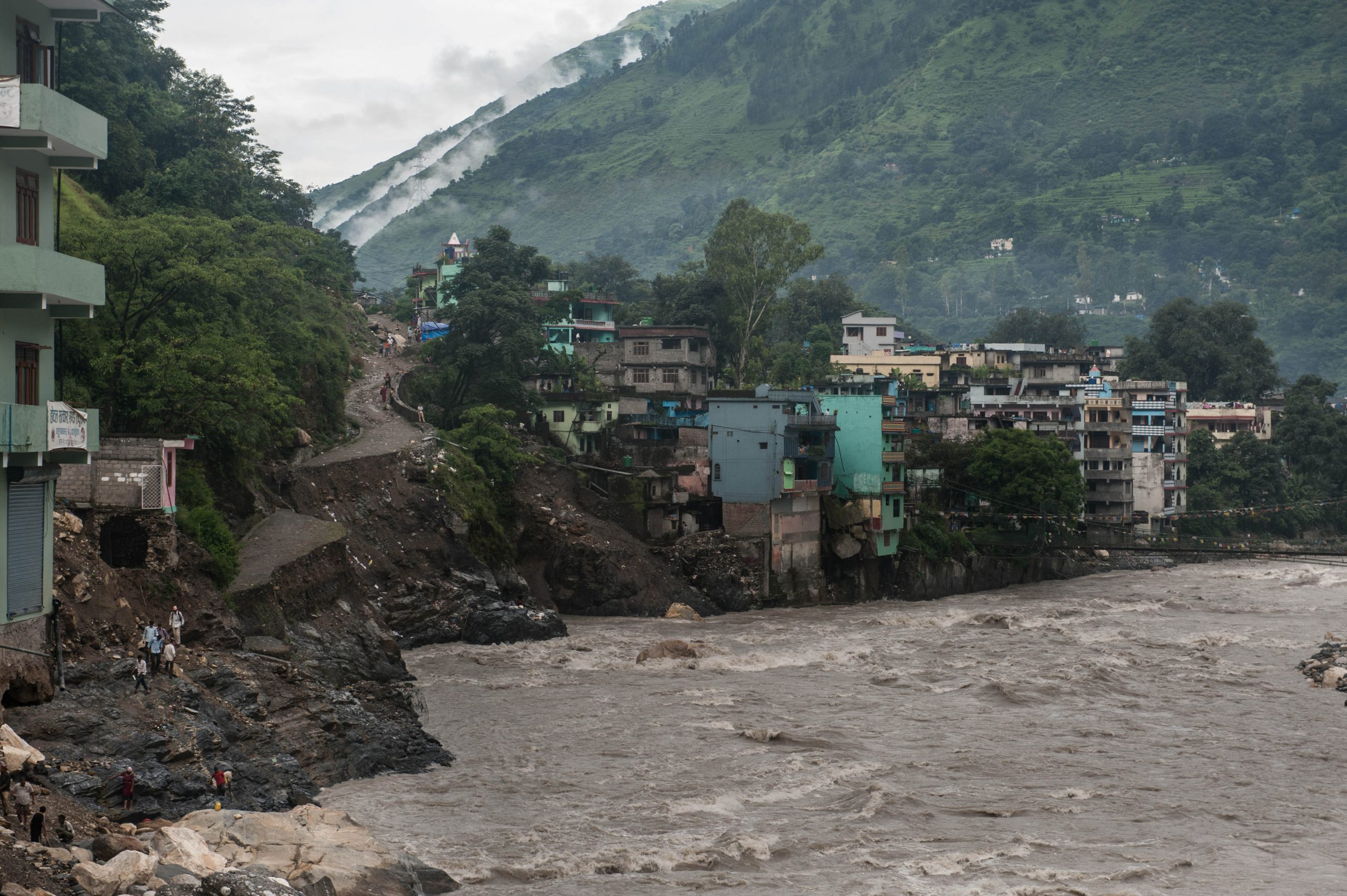 Enhancing flood early warning systems